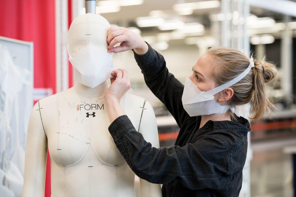 Fabrication de masques chez Under Armour